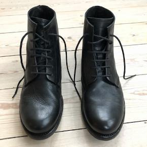 Super lækre støvler fra det danske brand ET AL. Desværre købt for små og aldrig brugt. Np 1800  Byd:-)