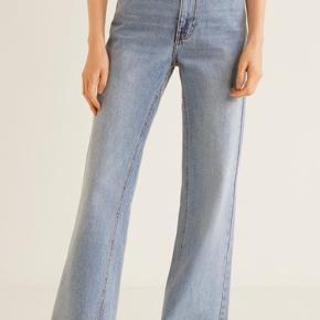 Flared jeans fra Mango🌼  Lidt beskidte i bunden da de er en smule for lange til mig. Regner med det kan gå af i vask med lidt sulfo på💫
