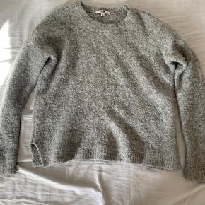 Jeg sælger min lysegrå strik trøje fra uniqlo i en størrelse S. Jeg har fået den i gave, så ved ikke hvor meget den har kostet.😁💗