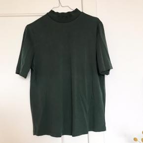 T-shirt fra Pieces i str. M 🪐 smuk mørkegrøn farve med rullekrave i elastik. Klassisk og pæn t-shirt i blødt stof, der falder tungt om kroppen 🌵 Den har en del slid i den ene armhule, og prisen er sat herefter 🐢  Bemærk - afhentes ved Harald Jensens plads eller sendes med dao. Bytter ikke 💫  🌛  T-shirt tshirt bluse Pieces grøn mørkegrøn mosegrøn turtleneck rullekrave høj hals