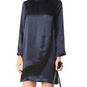 Flot Donnelly Satin kjole fra Ganni i farven total eclipse. Kjolen er aldrig brugt og stadig med prismærke. Nyprisen er 1999 kr.  Er åben for bud