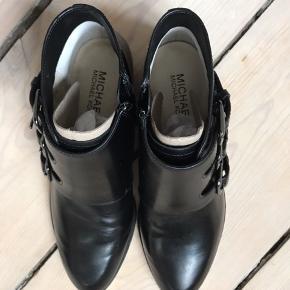 Smukke Michael Kors ankel sko/støvler - aldrig brugt (stadig med papir og pap fyld, så formen er holdt). Meget meget fine! Skriv endelig for flere billeder.