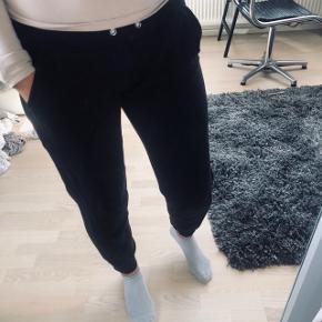 Behagelige joggingbukser i sort fra Ellos i størrelse 34 - 36 / XS - S. Jeg er M og kan også passe dem, de sidder bare lidt tættere.  Brugt og vasket få gange ☺️ Obs: den normale 'snor' i livet er ikke i dem.  Kan afhentes på Trøjborg eller sendes med DAO for købers regning 🤍  Der gives mængderabat, så kig endelig mine annoncer igennem 🌸