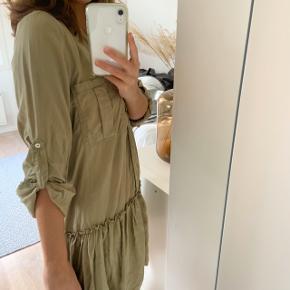 """Sød sommerkjole fra Zara sælges. Kan også sagtens bruges som """"en lang skjorte""""."""