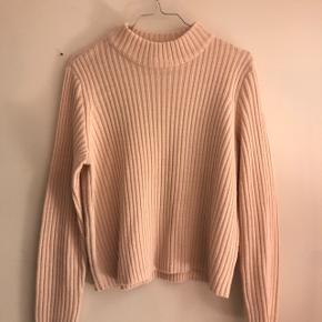 Lys cropped sweater fra h&m med høj hals. mockneck. rullekrave.  Den er en str M men kan nok også passes af en S-L