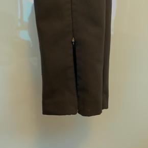 ZARA bukser med lynlås slids foran. Kan lynes op så der er slids som på billedet eller lynes ned så der ikke er slids.