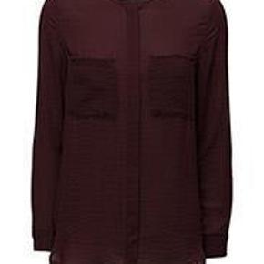 Varetype: Skjorte Farve: Bordeaux Prisen angivet er inklusiv forsendelse.  Så fin skjorte fra Mango.  Brugt meget få gange og fremstår som ny.  Byd :)
