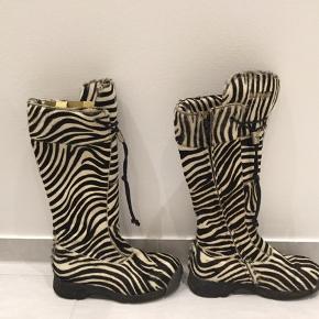 Super flotte zebra Bumper støvler i rigtig flot stand sælges hurtigt 🤍🖤