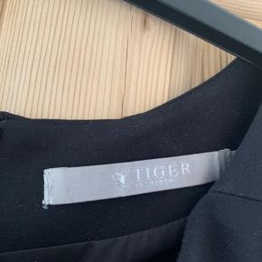 Sælger denne klassiske kjole fra Tiger of Sweden. Brugt få gange. Har aldrig været vasket men renset.