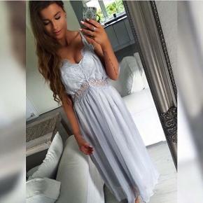 Sælger denne smukke lange kjole i grå fra Buch CopenhagenAldrig brugt, stadig med prismærke. Nypris: 499,-  🚭 Fra ikke-ryger hjem 🔁 Jeg bytter ikke. Sælger kun 📦 Køber betaler fragt 💁🏼♀️ Jeg kan mødes  Søgeord: gallakjole - blonder