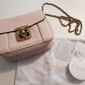 Varetype: taske Størrelse: 20 x 17 Farve: cement pink Oprindelig købspris: 7430 kr. Kvittering haves. Prisen angivet er inklusiv forsendelse.  lækker Elsie taske fra Chloé købt i Illums i maj 2017, brugt få gange, og er som ny. Farven hedder cement pink