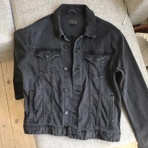 Demin jakke - størrelse medium.  Ved køb af flere ting, finder vi en god pris.  Kan mødes i København eller sendes over dao