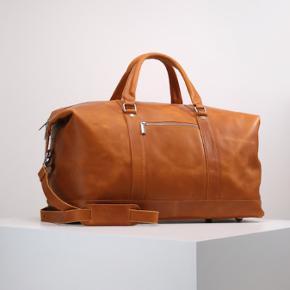 Sælger denne flotte weekendtaske i kernelæder. Jeg får den aldrig brugt. Helt ny og med dustbag!
