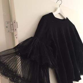 Fin bluse med blonde på ærmet  Afhentes i Århus eller sendes på købers regning. Ingen pletter eller andre fejl. Husk at se alle mine andre fine strik