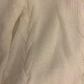 Cremet hvid lang uld strik købt på Valdemars slot et par år tilbage ... designet af Caroline Flemingsen. Aldrig brugt
