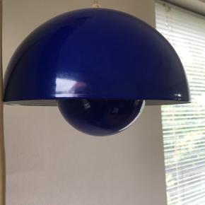 Lille blå Verner Panton loftslampe. Den er orange/rød indeni og har porcelænsfatning.  Der er ikke noget mærke i den, men har fået fortalt at det er en Panton lampe. Diameter ca. 21 cm