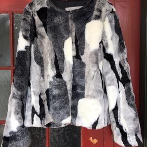 Lækker kort pelsjakke fra Inwear Str.37. Sort/hvid/grå Aldrig brugt. Nypris 1199,-