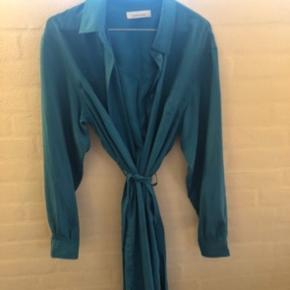 Sælger denne mega fede kjole fra samsøe samsøe i den flotteste blå farve💙 Der hører et bindebånd med, som man kan tage af, hvis det er det man vil🦋 Den er kun brugt 1-2 gange, og ellers har den bare hængt på et stativ. Den kostede 1800kr for ny BYD!  Tjek gerne mine andre annoncer ud❤️