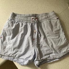 Søde shorts sælges.  Der står 128 i dem, men de er små i str. Passer en 116/122 ☺️  Brugt ganske få gange som natbukser ☺️
