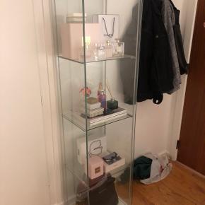 Flot vitrine med glas hylder fra Ikea. Kun brugt til opbevaring af dufte, så i rigtig god stand.