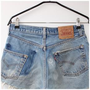 Levis 501 shorts - 99kr (BYD)  Waist: 31  Skriv gerne for mål, nærbilleder eller andre spørgsmål. /alle priser er eksklusiv fragt/  Tags: denim, sommer, ripped, slidt, vintage, 90s, 80s, afbleget