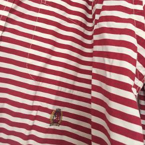 Rød/hvid stribet skjorte med lomme
