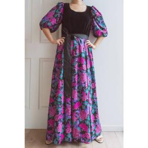 This dress is so classic! Black velvet, big flowers and puffy arms, try this on and be an 80s gala girl!  Size L, waist measures 76cm, chest about 96cm. It comes with the original belt.  Model is size M, height 166cm.