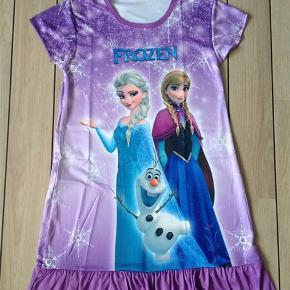 Smuk Frost kjole med prinsesse Elsa og Anna.  Blød og let i kvaliteten. Perfekt til sommer❤️  Str: L (har vurderet den til at passe str. 6-7 år) Længde: ca 69 cm (målt fra nakken og ned)