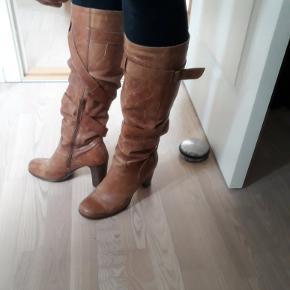 De fedeste støvler jeg har ejet!Perfekt patina Smuk pasform Rå og lækre 8 cm. hæl