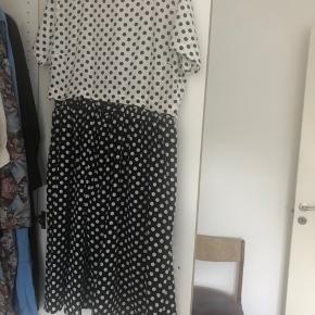 Prikket kjole fra asos str 46.  Top og bund kan deles og sættes sammen med knapper.
