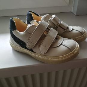Skoene er købt som en såkaldt rejseprøve i en skobutik. Jeg har selv betalt 100,- for dem, men normal prisen på dem er meget mere.