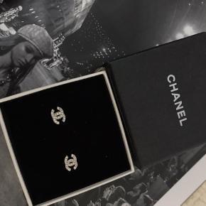 Fine Chanel logo øreringe sælges. Bud ønskes