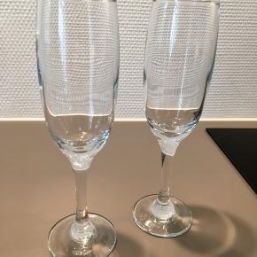 Flotte kraftige champagneglas af ukendt oprindelse. 22 cm høje.  God stand - uden revner, kalk eller glaspest.  Kan sendes og køber betaler Porto  Kan afhentes på Østerbro Prisen er for 2 stk