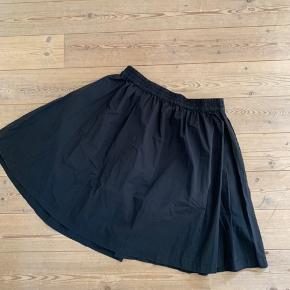 Fin nederdel med lommer.  Længde 53 cm Elastik i taljen