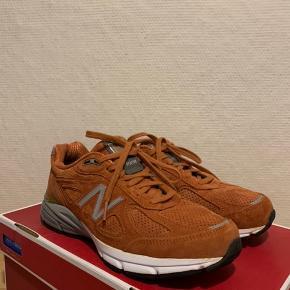 Sælger disse sjældne New Balance 990v4 i en særlig 'Rust' farve. Det er ikke en sko man ser hver dag, og især ikke i så ny en stand.   Orignal kasse medfølger ikke.