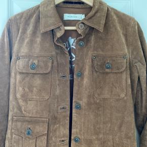 Sælger denne fine skjorte / jakke fra Mos mosh  Brun ruskind - fejler ingenting  Almindelig i størrelsen