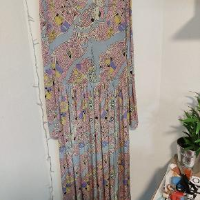 Super flot pastelfarvet kjole fra Stine Goya i fin stand. Ingen huller eller pletter.