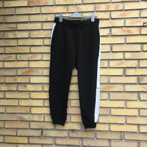 Sorte jogging bukser med hvid stribe. Str S. H&M. 20kr. Ishøj