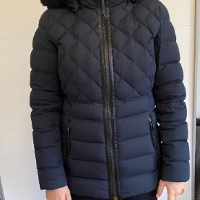Tommy Hilfiger jakke i str. M.  Rigtig pæn stand da den ikke er brugt ret mange gange. Den er mørkeblå med pelshætte.  Pris 900kr, eller kom med et bud.