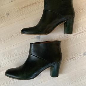 Smukke Maison Margiela støvler. Farven er mørk grøn. Super lækker kvalitet.