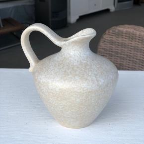 Rigtig fin West Germany vase. I perfekt stand uden skader og skår. Højde 13cm Diameter 11cm Åbning 2,5cm