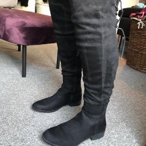 0ab8eeb8f95 B&CO lange støvler med lynlås og snøre bagpå fra Skoringen. Brugt 2-3 gange