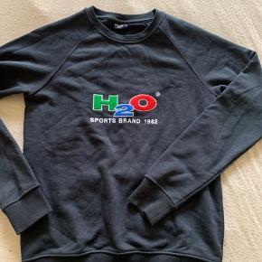 H2O sweater, rigtig god stand. 90% bomuld og 10% polyester. Farve marine blå/mørke blå.