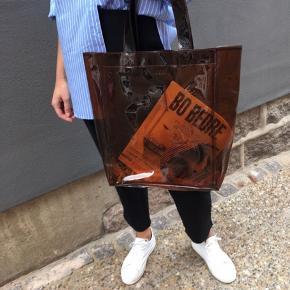 Daniel Silfens Celine Shopper i farven 'cola'.  100% plastik  Længde: 30 cm Højde: 36 cm Dybde: 12 cm  Model: Celine Shopper fra Daniel Silfen  Nypris: 300kr