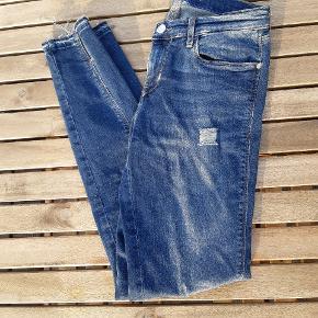 Jeg sælger disse virkeligt lækre Calvin Klein jeans, fordi jeg desværre var lidt for optimistisk med størrelsen 😅 jeg er normalt en str medium/38 og det gik ikke helt med disse bukser.  De er vasket en enkelt gang og derudover bare prøvet på. De er ret skinny og mid rise. Størrelsen er W26 L32. Jeg har flere billeder, hvis det har interesse 😊
