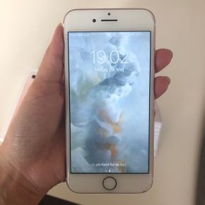 iPhone 7 i rose gold med 32gb sælges.  Skærmen er delvis ødelagt og lidt slid på kanterne. Virker ellers som den skal.  Kasse, høretelefoner og kvittering medfølger  Prisen er ved afhentning eller mobilepay. Ved ts-handel vedlægges gebyr