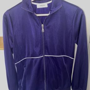 """Moss Copenhagen """"sports"""" jakke/overdel med lynlås. Flot mørkeblå farve og rigtig komfortabel med et 00'er/ y2k look. Str. XS, men passer også str. S.  Slet ingen fejl, kun prøvet på."""