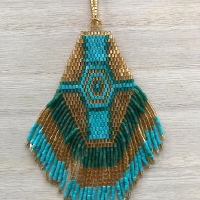 Smuk håndlavet halskæde fra Bali, kan reguleres i længden.