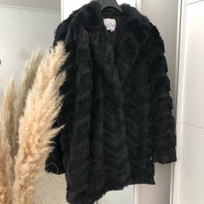 Designers remix Zig Zag Four cardy  Jakke i imiteret pels i størrelse 18 år  Passer fint en str 36-38