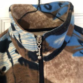 Unik fleece med sejt print købt i vintagebutik i Berlin. Den passer fra str 36-40 alt efter, hvordan man ønsker pasform.